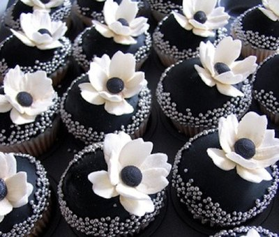 rsz_black-white-anemone-chanel-inspired-wedding-cupcakes