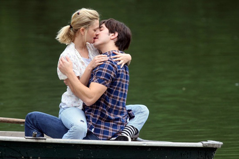 lovers-kissing-on-a-boat-2481